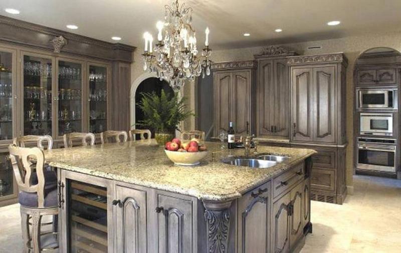 Кухня в классическом стиле с резными єлементами в темных тонах
